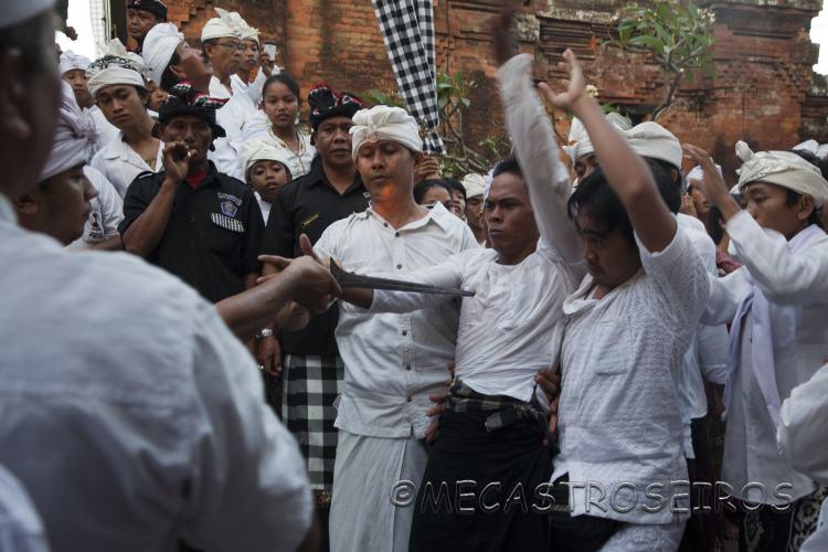 Ceremonia de la Alama en Bali. La ceremonia del trance.
